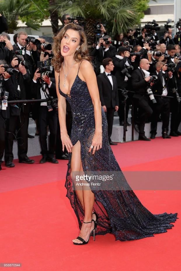 Thảm đỏ Cannes: Sao vô danh cosplay Michael Jackson, Jessica Jung ngốt ngát bên dàn siêu mẫu hạng A hở bạo - Ảnh 20.
