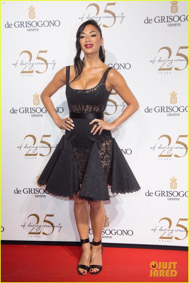 Dàn mỹ nhân cùng khoe body bốc lửa tại Cannes, đả nữ Fast & Furious suýt lộ cả vòng 1 trên thảm đỏ - Ảnh 5.