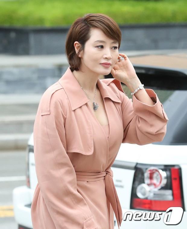 Sulli trở lại đẹp xuất sắc với màn hở ngực táo bạo, chấp cả Hoa hậu Hàn đẹp nhất thế giới và chị đại Kim Hye Soo - Ảnh 13.