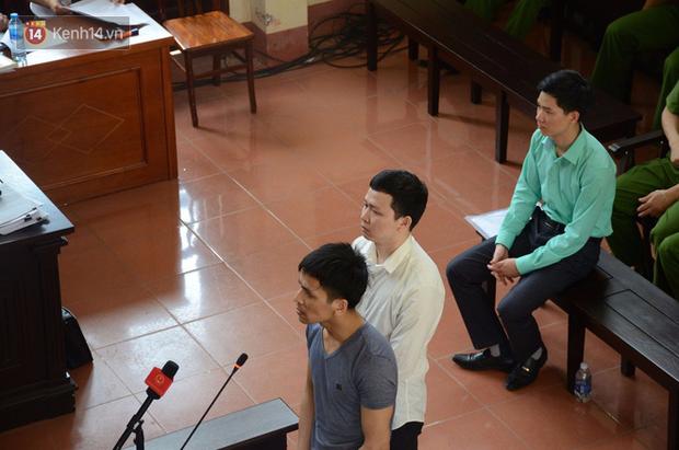 Xét xử vụ chạy thận 8 người tử vong: BS Hoàng Công Lương không tin Viện kiểm sát và xin giữ quyền im lặng, người dân đồng loạt vỗ tay - Ảnh 2.