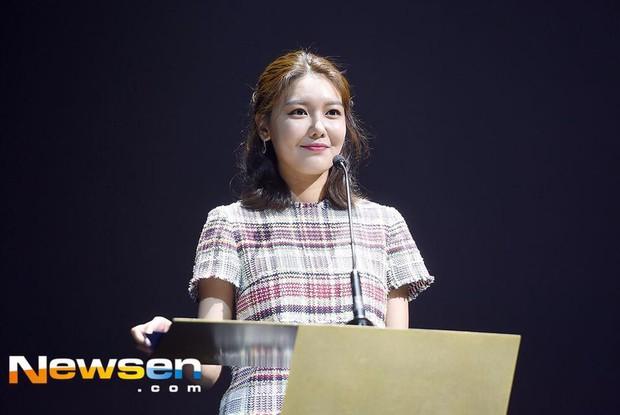 Không tin nổi trước khuôn mặt sưng vù sần sùi mụn, biến đổi chóng mặt của Sooyoung (SNSD) chỉ sau 2 tháng - Ảnh 3.