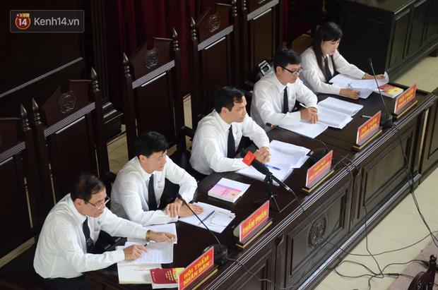 """""""Người đặc biệt"""" trong phiên tòa vụ bác sỹ Hoàng Công Lương nói gì về việc không còn được phép vào phòng xét xử? - Ảnh 4."""