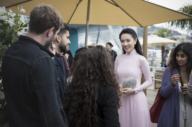 Nhã Phương xuất hiện nhẹ nhàng, đằm thắm với tà áo dài truyền thống tại Cannes - Ảnh 3.
