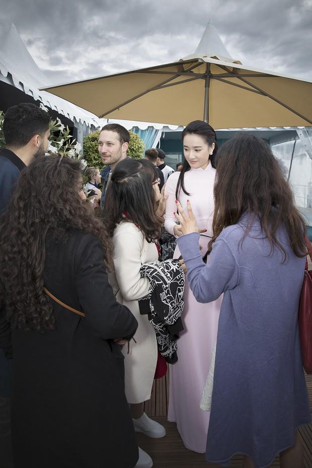 Nhã Phương xuất hiện nhẹ nhàng, đằm thắm với tà áo dài truyền thống tại Cannes - Ảnh 4.
