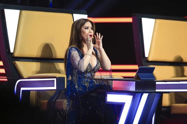 Clip: Phượng Vũ bất ngờ vấp váy, ngã sõng soài trên sóng truyền hình - Ảnh 5.