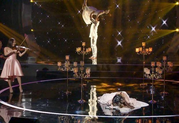 Clip: Phượng Vũ bất ngờ vấp váy, ngã sõng soài trên sóng truyền hình - Ảnh 4.