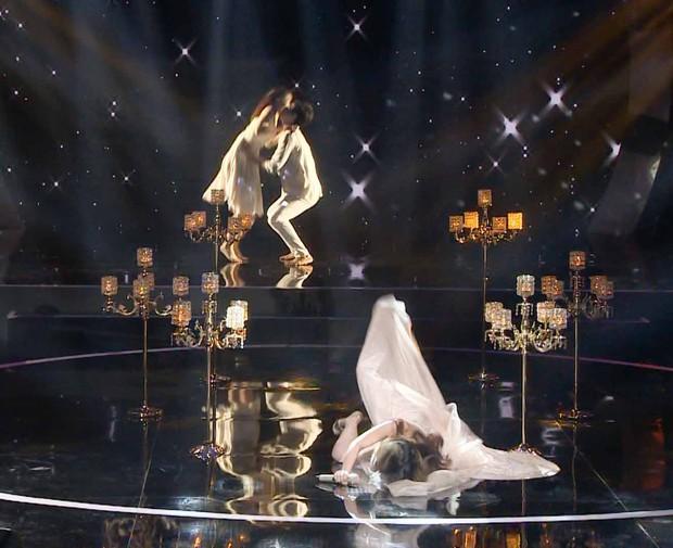 Clip: Phượng Vũ bất ngờ vấp váy, ngã sõng soài trên sóng truyền hình - Ảnh 3.