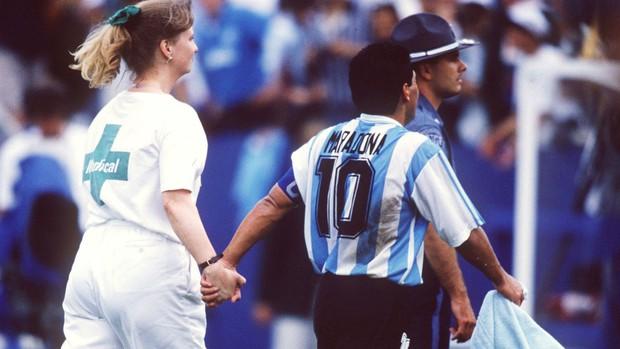 Bàn tay của nữ y tá đưa Cậu bé vàng Maradona xuống vực thẳm ở World Cup 1994 - Ảnh 1.