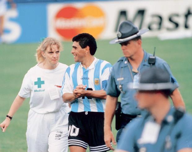 Bàn tay của nữ y tá đưa Cậu bé vàng Maradona xuống vực thẳm ở World Cup 1994 - Ảnh 2.