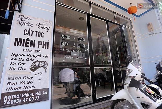 Chủ tiệm cắt tóc miễn phí cho người nghèo, khuyết tật ở Hội An: Tôi chạy ra giải thích và mời thì họ mới dám vào, thấy thương lắm! - Ảnh 1.