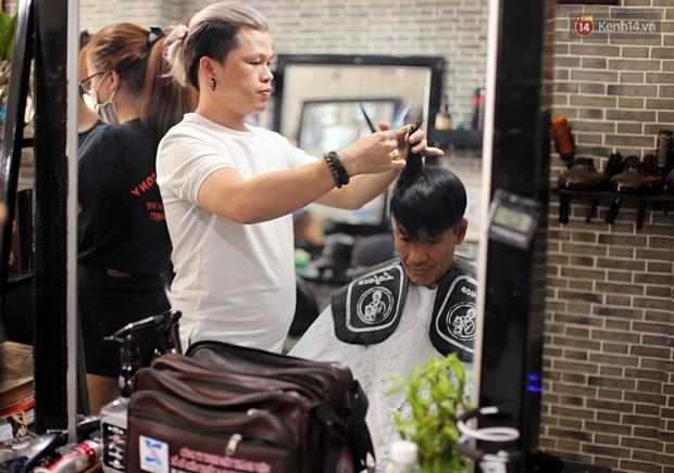 Chủ tiệm cắt tóc miễn phí cho người nghèo, khuyết tật ở Hội An: Tôi chạy ra giải thích và mời thì họ mới dám vào, thấy thương lắm! - Ảnh 10.