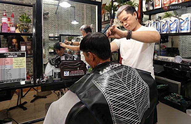 Chủ tiệm cắt tóc miễn phí cho người nghèo, khuyết tật ở Hội An: Tôi chạy ra giải thích và mời thì họ mới dám vào, thấy thương lắm! - Ảnh 9.