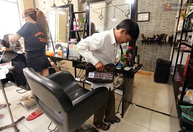 Chủ tiệm cắt tóc miễn phí cho người nghèo, khuyết tật ở Hội An: Tôi chạy ra giải thích và mời thì họ mới dám vào, thấy thương lắm! - Ảnh 4.