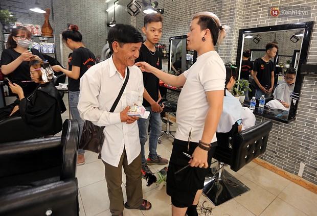 Chủ tiệm cắt tóc miễn phí cho người nghèo, khuyết tật ở Hội An: Tôi chạy ra giải thích và mời thì họ mới dám vào, thấy thương lắm! - Ảnh 14.