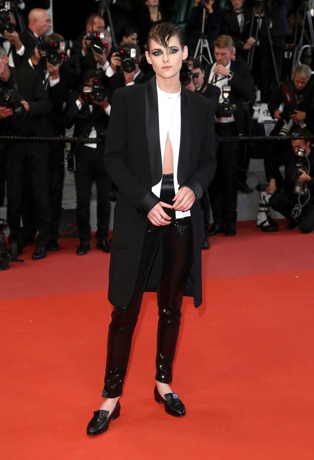 Nổi bật giữa các sao nữ, Kristen liên tục phá luật Cannes, hết đi chân trần lại mặc quần nam tính trên thảm đỏ - Ảnh 1.