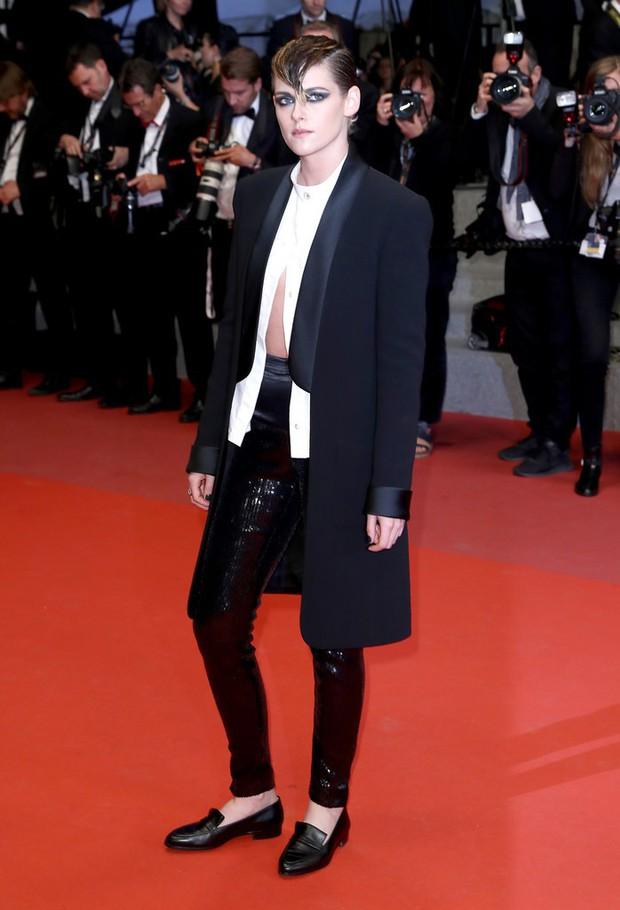 Nổi bật giữa các sao nữ, Kristen liên tục phá luật Cannes, hết đi chân trần lại mặc quần nam tính trên thảm đỏ - Ảnh 2.