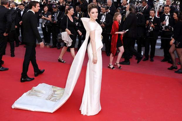 Sau 2 ngày vắng mặt, Lý Nhã Kỳ diện váy dài quét đất trở lại ấn tượng trên thảm đỏ Cannes - Ảnh 3.