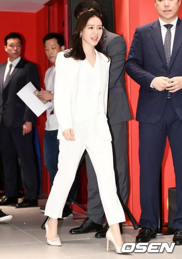Diện đồ trắng rồi lại chọn giày cùng 1 hãng, chị đẹp Son Ye Jin và Nana thật khiến người ta không phân định được ai đẹp hơn - Ảnh 1.