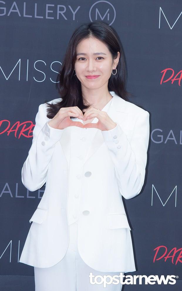 Diện đồ trắng rồi lại chọn giày cùng 1 hãng, chị đẹp Son Ye Jin và Nana thật khiến người ta không phân định được ai đẹp hơn - Ảnh 2.
