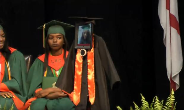 Nữ sinh đang phải nằm viện khiến cả trường bất ngờ khi dự lễ tốt nghiệp bằng robot - Ảnh 2.