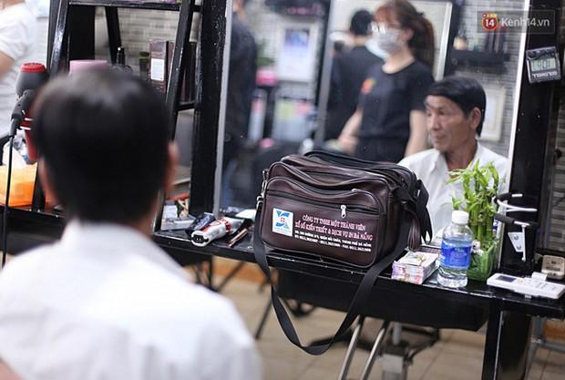 Chủ tiệm cắt tóc miễn phí cho người nghèo, khuyết tật ở Hội An: Tôi chạy ra giải thích và mời thì họ mới dám vào, thấy thương lắm! - Ảnh 6.