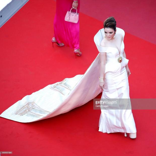 Sau 2 ngày vắng mặt, Lý Nhã Kỳ diện váy dài quét đất trở lại ấn tượng trên thảm đỏ Cannes - Ảnh 6.