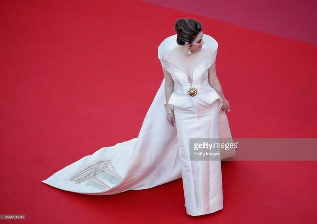 Sau 2 ngày vắng mặt, Lý Nhã Kỳ diện váy dài quét đất trở lại ấn tượng trên thảm đỏ Cannes - Ảnh 10.