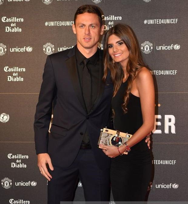 Siêu đội hình kết hợp vợ, bạn gái cầu thủ Chelsea - Man Utd - Ảnh 9.