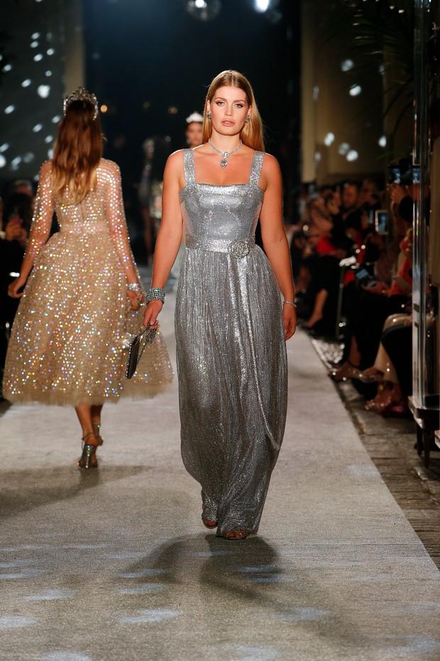 Khách mời hoàng thân đốn tim dân tình trong đám cưới Hoàng tử Harry hóa ra còn là nàng thơ của Dolce&Gabbana - Ảnh 9.