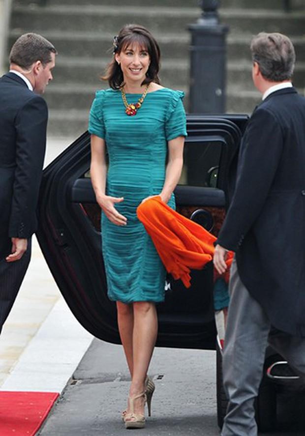 7 con số ấn tượng về đám cưới Hoàng gia Anh: Từ 3 viên kim cương trên nhẫn đính hôn cho tới chiếc váy cưới tiền tỷ - Ảnh 2.