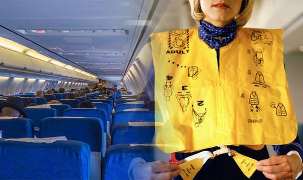 """Sai lầm """"điếng người"""" khi sử dụng áo cứu hộ máy bay mà ít ai nghĩ tới - Ảnh 1."""