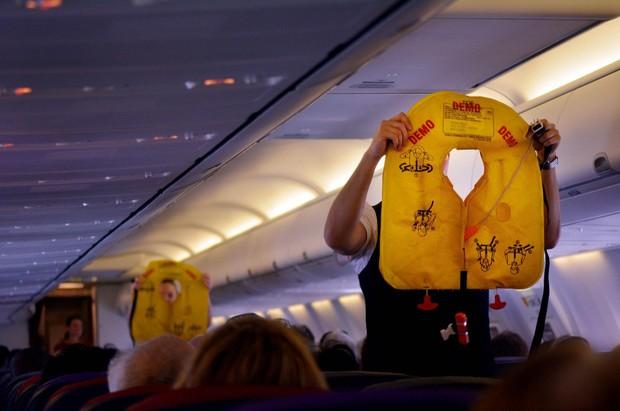"""Sai lầm """"điếng người"""" khi sử dụng áo cứu hộ máy bay mà ít ai nghĩ tới - Ảnh 4."""