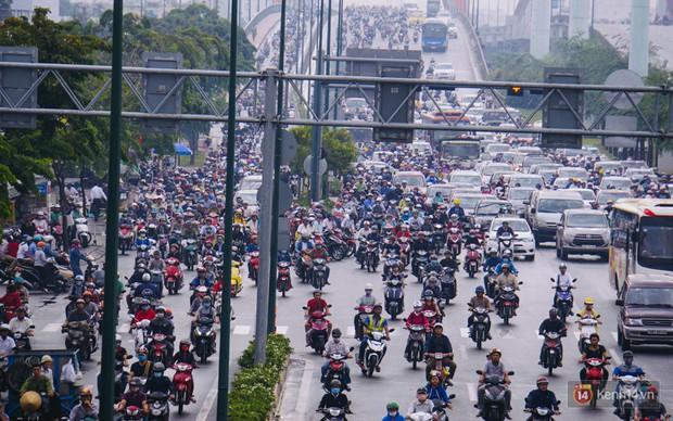 Ảnh và clip: Đường phố Hà Nội, Sài Gòn tắc nghẽn kinh hoàng trong ngày đầu người dân đi làm sau kỳ nghỉ lễ - Ảnh 12.