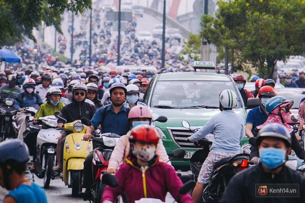 Ảnh và clip: Đường phố Hà Nội, Sài Gòn tắc nghẽn kinh hoàng trong ngày đầu người dân đi làm sau kỳ nghỉ lễ - Ảnh 14.