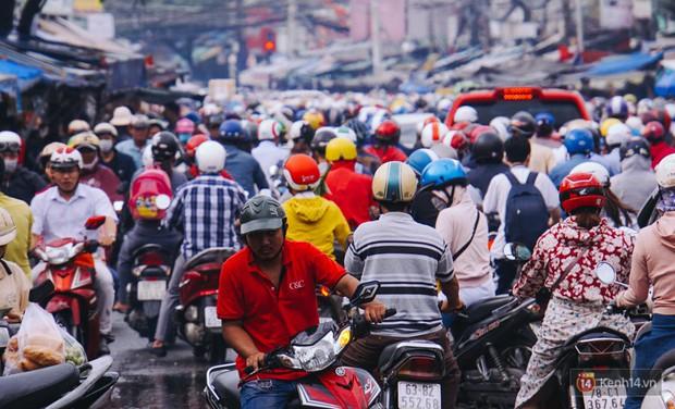 Ảnh và clip: Đường phố Hà Nội, Sài Gòn tắc nghẽn kinh hoàng trong ngày đầu người dân đi làm sau kỳ nghỉ lễ - Ảnh 27.