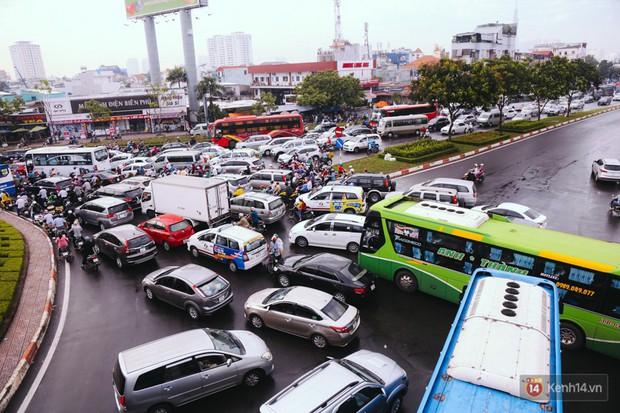 Ảnh và clip: Đường phố Hà Nội, Sài Gòn tắc nghẽn kinh hoàng trong ngày đầu người dân đi làm sau kỳ nghỉ lễ - Ảnh 26.