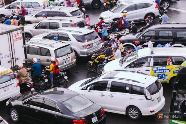Ảnh và clip: Đường phố Hà Nội, Sài Gòn tắc nghẽn kinh hoàng trong ngày đầu người dân đi làm sau kỳ nghỉ lễ - Ảnh 25.