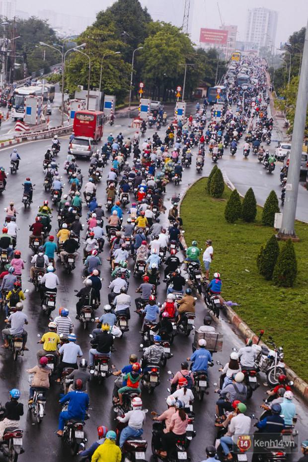 Ảnh và clip: Đường phố Hà Nội, Sài Gòn tắc nghẽn kinh hoàng trong ngày đầu người dân đi làm sau kỳ nghỉ lễ - Ảnh 24.