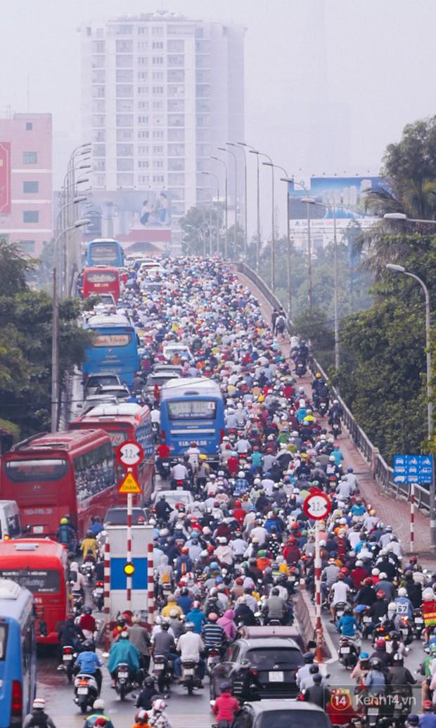 Ảnh và clip: Đường phố Hà Nội, Sài Gòn tắc nghẽn kinh hoàng trong ngày đầu người dân đi làm sau kỳ nghỉ lễ - Ảnh 23.