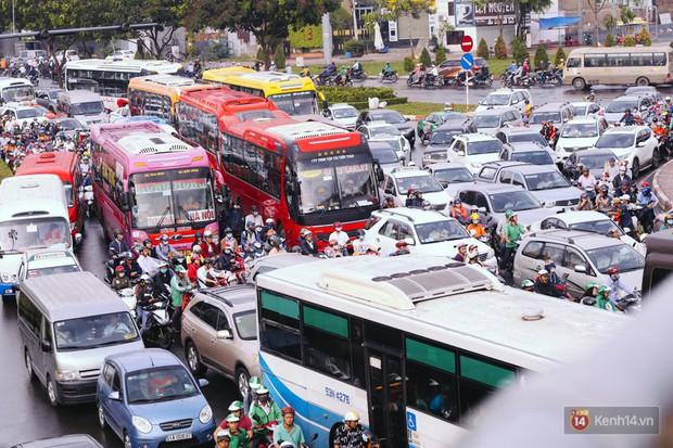 Ảnh và clip: Đường phố Hà Nội, Sài Gòn tắc nghẽn kinh hoàng trong ngày đầu người dân đi làm sau kỳ nghỉ lễ - Ảnh 22.