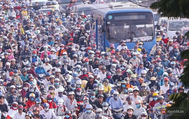 Ảnh và clip: Đường phố Hà Nội, Sài Gòn tắc nghẽn kinh hoàng trong ngày đầu người dân đi làm sau kỳ nghỉ lễ - Ảnh 21.