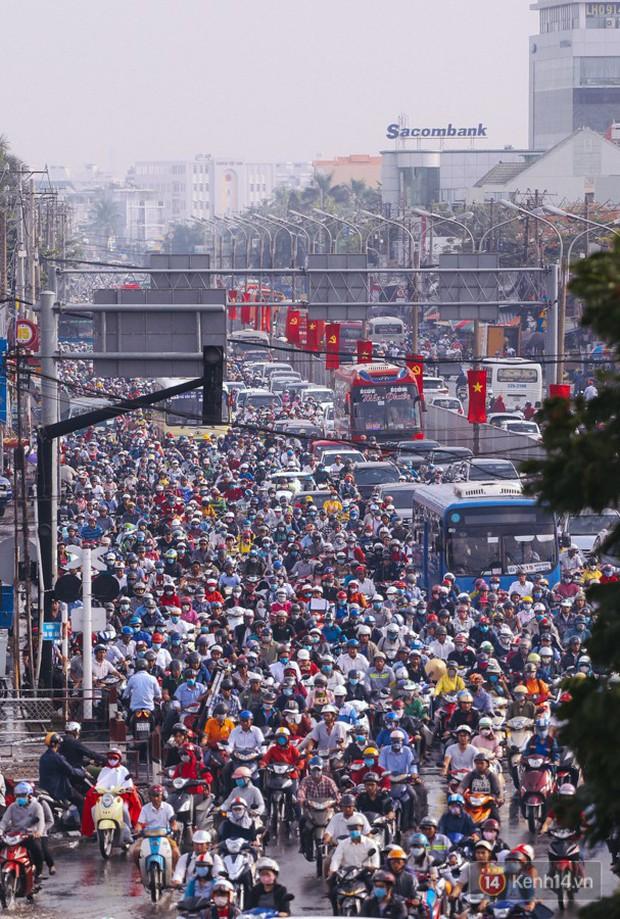 Ảnh và clip: Đường phố Hà Nội, Sài Gòn tắc nghẽn kinh hoàng trong ngày đầu người dân đi làm sau kỳ nghỉ lễ - Ảnh 20.