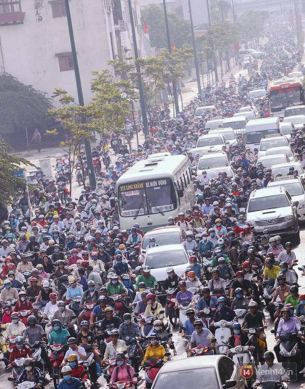 Ảnh và clip: Đường phố Hà Nội, Sài Gòn tắc nghẽn kinh hoàng trong ngày đầu người dân đi làm sau kỳ nghỉ lễ - Ảnh 19.