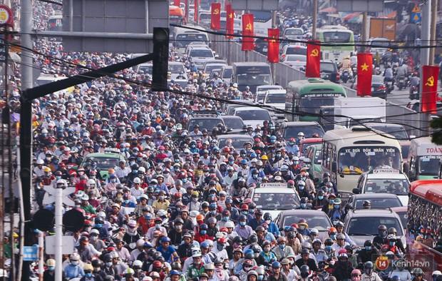 Ảnh và clip: Đường phố Hà Nội, Sài Gòn tắc nghẽn kinh hoàng trong ngày đầu người dân đi làm sau kỳ nghỉ lễ - Ảnh 18.