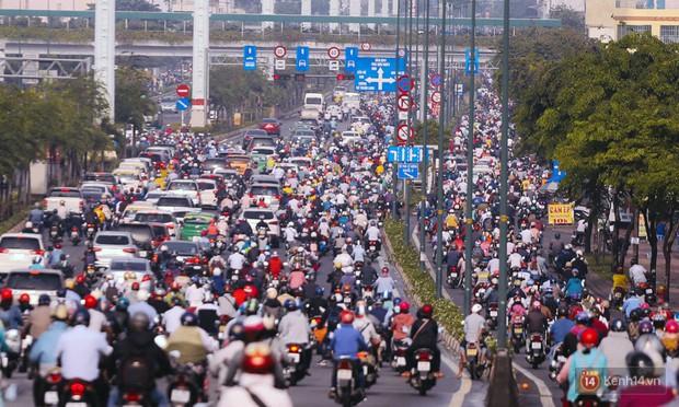 Ảnh và clip: Đường phố Hà Nội, Sài Gòn tắc nghẽn kinh hoàng trong ngày đầu người dân đi làm sau kỳ nghỉ lễ - Ảnh 16.