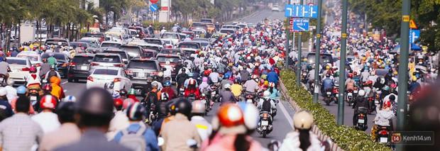 Ảnh và clip: Đường phố Hà Nội, Sài Gòn tắc nghẽn kinh hoàng trong ngày đầu người dân đi làm sau kỳ nghỉ lễ - Ảnh 15.