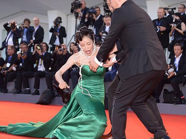 Chắc mẩm váy dài cả mét sẽ quét sạch thảm đỏ, nào ngờ các sao nữ này tự đẩy mình vào cảnh ê chề - Ảnh 8.