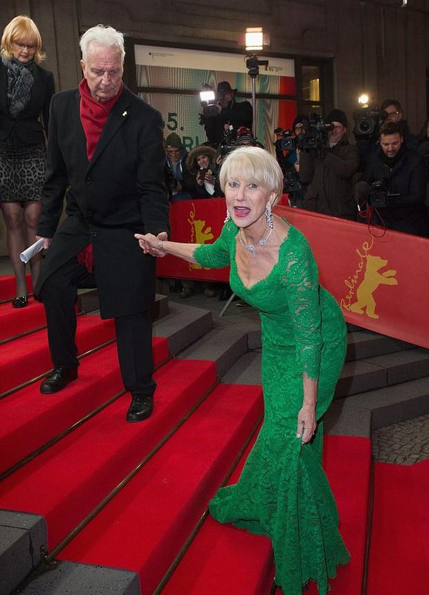 Chắc mẩm váy dài cả mét sẽ quét sạch thảm đỏ, nào ngờ các sao nữ này tự đẩy mình vào cảnh ê chề - Ảnh 12.