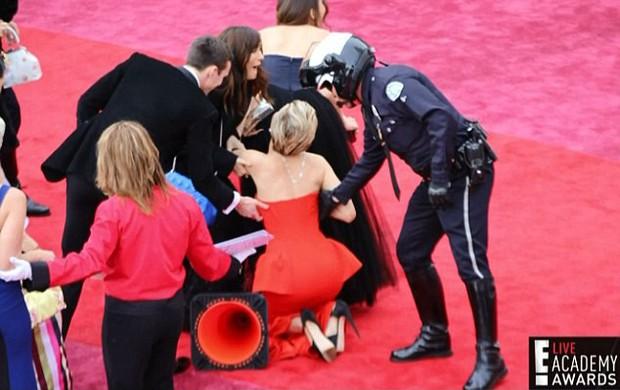 Chắc mẩm váy dài cả mét sẽ quét sạch thảm đỏ, nào ngờ các sao nữ này tự đẩy mình vào cảnh ê chề - Ảnh 10.