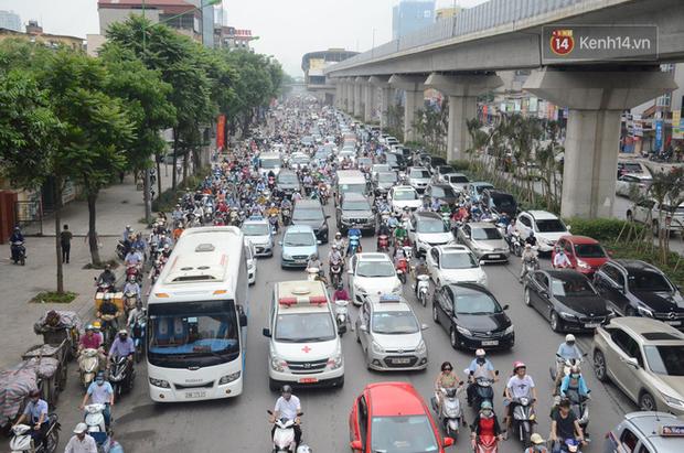 Ảnh và clip: Đường phố Hà Nội, Sài Gòn tắc nghẽn kinh hoàng trong ngày đầu người dân đi làm sau kỳ nghỉ lễ - Ảnh 3.